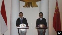 Menlu Tiongkok Yang Jiechi (kiri) dan Menlu Marty Natalegawa menggelar konferensi pers bersama seusai rapat di Jakarta (10/8).