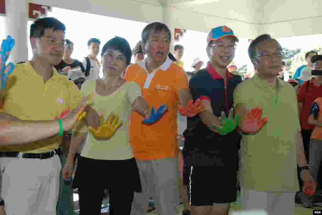 多位泛民主派立法會議員,(左起)范國威、毛孟靜、李卓人、莫乃光、梁家傑,在橫額上打完手印合照(美國之音湯惠芸拍攝)