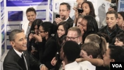 El presidente Obama saluda a los participantes de la feria de ciencias en el Museo de Historia Natural de Nueva York.