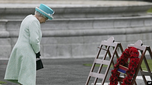 Britain's Queen Elizabeth bows her head after laying a wreath at the Irish War Memorial Gardens, dedicated to the 49,400 Irish soldiers who died in World War I, in Dublin, May 18, 2011.