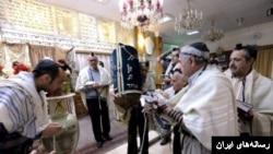 گزارش ها می گوید مهاجمان به کتاب مقدس یهودیان در این کنیسه ها بی احترامی کرده اند.