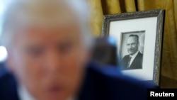 အေမရိကန္သမၼတ Donald Trump က အိမ္ျဖဴေတာ္ သူ႔ရံုးခန္းမွာ ထားရွိတဲ့ ကြယ္လြန္သြားၿပီးျဖစ္တဲ့ ဖခင္ Fred Trump ဓါတ္ပံု