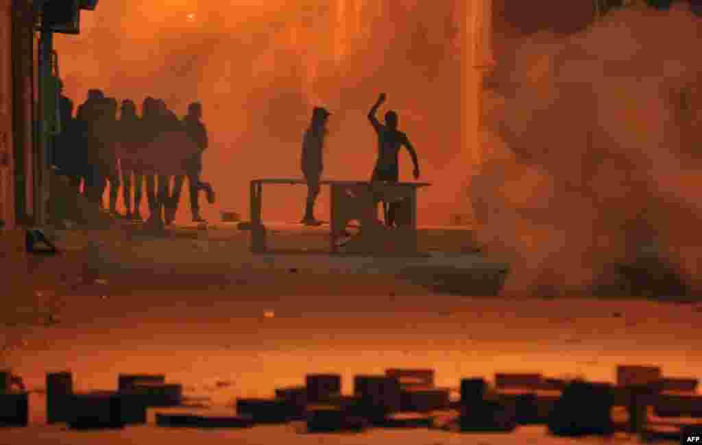 Tunuslu protestocular güvenlik görevlileriyle çatıştı.