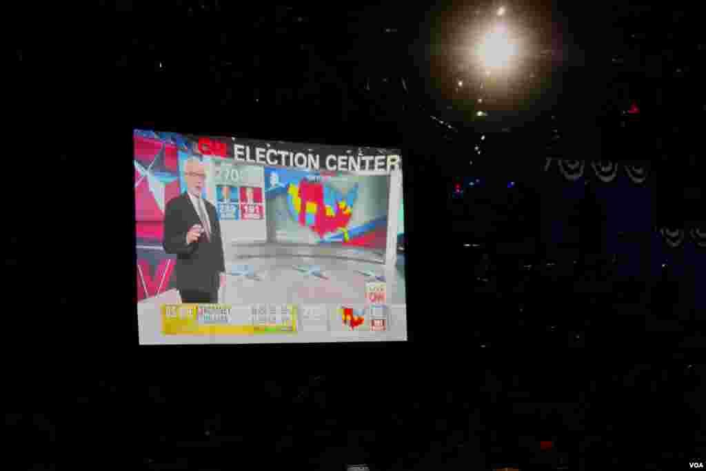 La pantalla de CNN donde se mostraron las primeras proyecciones que declaraban como ganador a Barack Obama. [Foto Ramón Taylor]