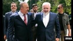 محمدجواد ظریف وزیر خارجه ایران (راست) و مولود چاووش اغلو وزیر خارجه ترکیه در آنکارا - ۲۲ مرداد ۱۳۹۵