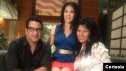 Jorge Pardo acompañado de la cantante de música peruana Dayán Aldana, derecha, visitan las instalaciones de una importante televisora local en Washington.