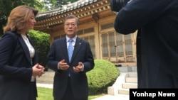 «مون جای-این» هرچند بر همکاری نزدیک با آمریکا تاکید کرده اما خواستار مذاکره با کره شمالی نیز شده است.