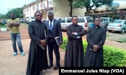 Quelques membres du clergé éprouvés ont assisté au point de presse, le 14 juin 2017 à Yaoundé. (VOA/Emmanuel Jules Ntap)