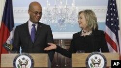 美国国务卿克林顿与海地总统马尔泰利上个月在白宫记者会上