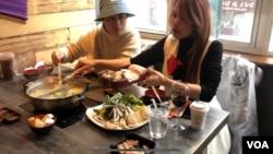 ลูกค้าชาวไทยที่มาอุดหนุนร้านแจ่วฮ้อนเป็นโต๊ะแรกของวันที่ 12 ก.พ. 2564 (New York)