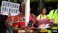 示威者展示道具諷刺財政預算案偏重富人及大白象工程 (美國之音特約記者 湯惠芸拍攝 )