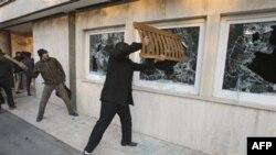 Iranski demonstranti upali u zgradu britanske ambasade u Teheranu.