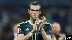 Le Gallois Gareth Bale salue ces fans lors de l'Euro 2016 au stade de Decines-Charpieu, près de Lyon, en France, le 6 juillet 2017.