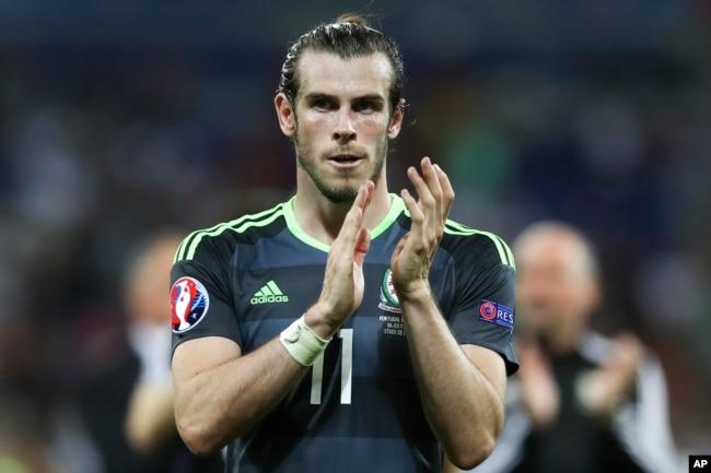 Gareth Bale applaudit son public à la fin d'un match à Lyon, le 6 juillet 2016.