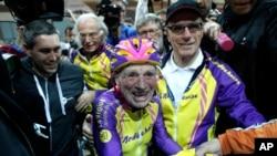 Pesepeda Perancis Robert Marchand, 105, diselamati setelah memecahkan rekor bersepeda di Perancis (4/1).