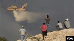 Pesawat pemadam kebakaran berupaya memadamkan kebakaran di Haifa, yang berlangsung untuk hari ketiga.
