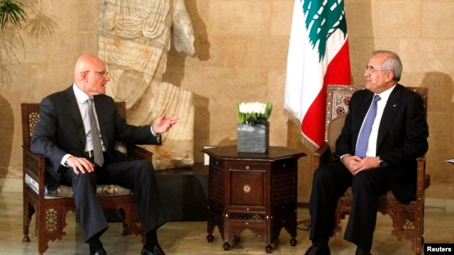Lebanese Prime Minister Tammam Salam (L) talks with Lebanon's President Michel Suleiman at the presidential palace in Baabda, near Beirut, April 6, 2013.