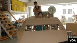 藝術公民發起人區惠蓮(前)及黃國才站在紙製裝甲車內