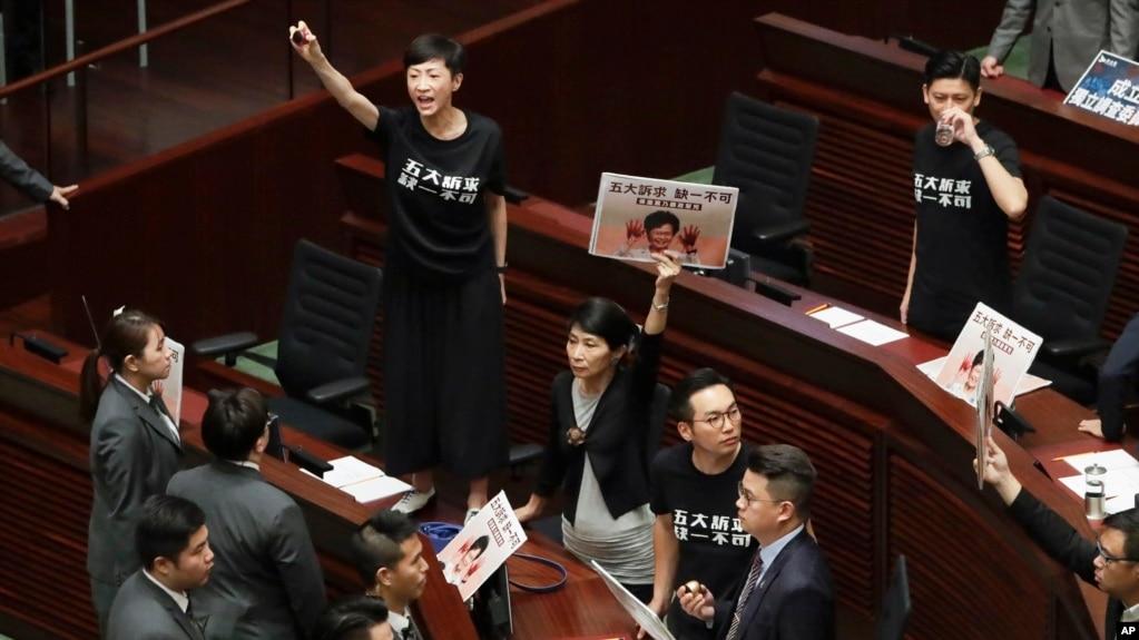 林郑月娥立法会施政报告被抗议声打断