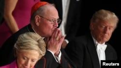La candidate démocrate à la présidentielle américaine Hillary Clinton, à gauche, et son rival républicain, Donald Trump, à droite lors du dîner de bienfaisance de la Fondation commémorative Alfred E. Smith aux organismes catholiques à New York, États-Unis, 20 octobre 2016.