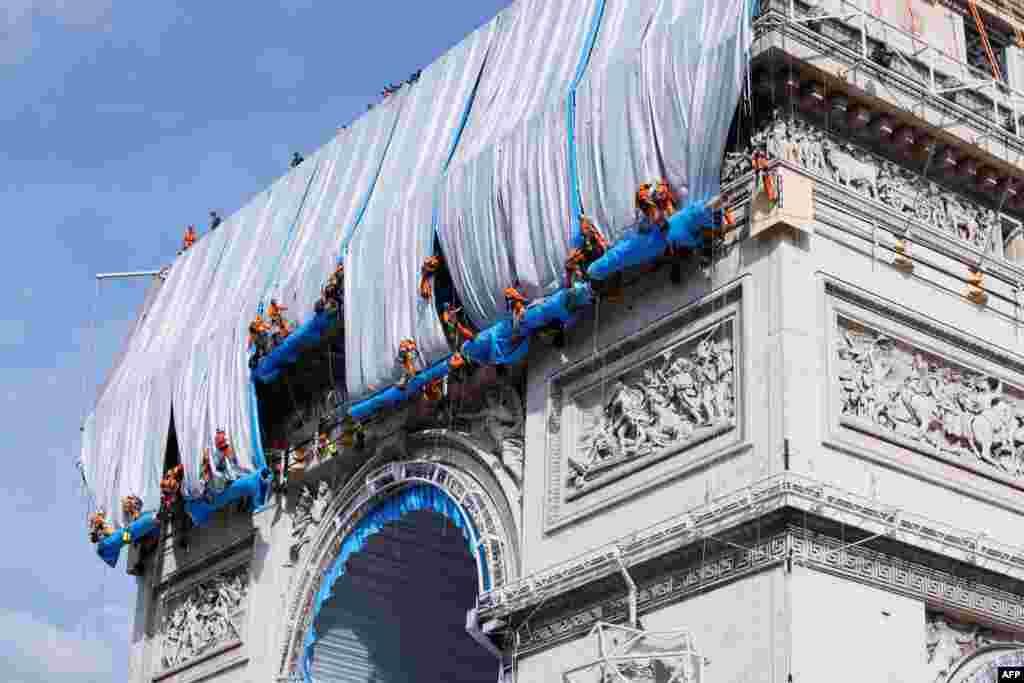 Parisdə Zəfər tağının üstü mavi parça ilə örtülür.