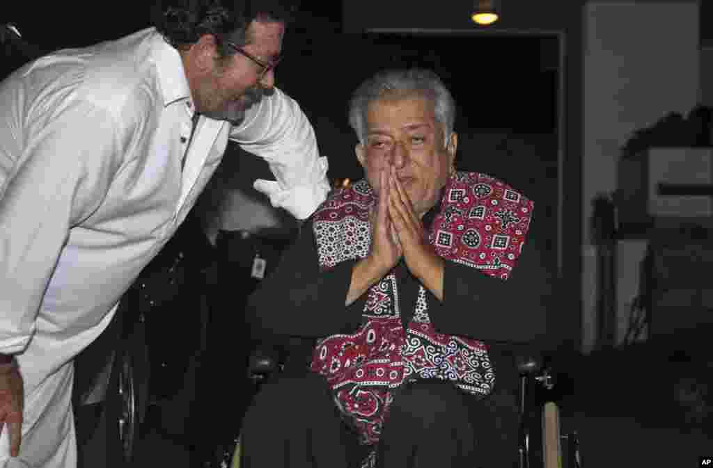 Shashi Kapoor, zaune, tare da dansa Kunal Kapoor, wajen karbar lambar yabo mafi girma a harkar fina finai ta Indiya. (AP Photo)