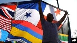 来自萨尔瓦多的移民荷塞为推动各国移民的融合制作了一面巨大的万国旗