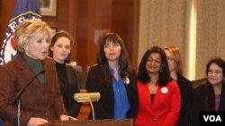 La senadora demócrata Barbara Boxer de pie por la reforma migratoria junto a la activista Dolores Huerta.