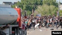 Xe bồn lao vào người biểu tình ở Minneapolis, Minnesota, hôm 31/05/2020.