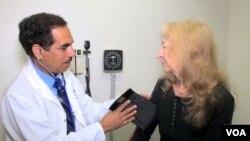 "Seorang dokter memeriksa pasien di Klinik Amal ""Al-Shifa"" di kota San Bernardino, California, AS."