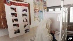Seorang warga Mesir tengah mengisi surat suaranya dalam bilik suara di hari pertama pemilu presiden di TPS Alexandria, Mesir (23/5).