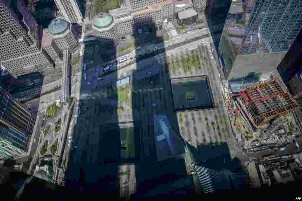 Kumbukumbu na Makumbusho ya Septemba 11, iliyopigwa picha katika eneo la maghorofa pacha yaliyoshambuliwa, New York, Aprili 23, 2021. Jengo refu limekalia pale yalipokuwa maghorofa pacha (Twin Towers) katika anga la New York. Ghorofa la One World Trade Center, lililofunguliwa 2014, limekuwa ni alama ya taifa la Marekani kujizatiti tena baada ya shambulizi la kutisha la Septemba 11.