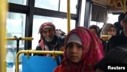 시리아 반군이 점령한 알레포 지역에서 22일 시아파 이슬람교도 마을의 피난민들이 버스를 타고 있다.