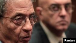 Ông Amr Moussa (trái) là chủ nhiệm ủy ban soạn thảo hiến pháp mới của Ai Cập