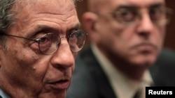 Amr Moussa (kiri), ketua komite untuk mengubah konstitusi Mesir dalam sebuah jumpa pers didampingi juru bicara media Mohamed Salmawy, di Kairo, September 2013. (Reuters/Mohamed Abd El Ghany)