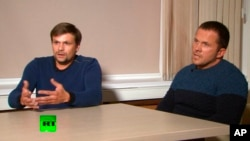 Підозрюваний (ліворуч), з'явившись на російському телеканалі RT, назвався Русланом Бошировим і разом з Александром Петровим (праворуч) доводив, що їздив у Солсбері подивитися на собор