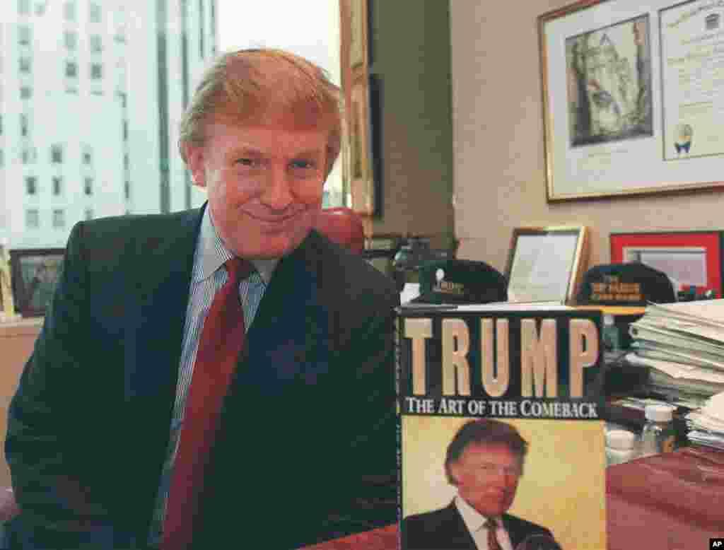 លោក Donald Trump ថតរូបនៅខាងក្នុងការិយាល័យ Manhattan Office ជិតសៀវភៅចុះផ្សាយថ្មីរបស់លោក ចំណងជើង «Trump: The Art of the Comeback»។
