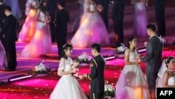 2018年5月20日,中国辽宁省沈阳的东北大学举办集体婚礼。(AFP 资料照)