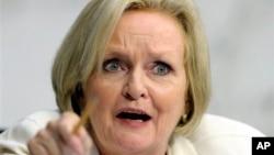 La legisladora demócrata Claire McCaskill preside el subcomité de Supervisión Financiera en el Senado.