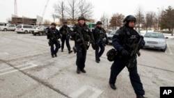 Cảnh sát được điều động đến khu thương xá ở thành phố Columbia sau khi hay tin xảy ra vụ nổ súng, ngày 25 tháng 1, 2014.