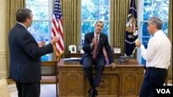El presidente Obama, en la Casa Blanca junto a sus, ahora, ex asesores, Larry Summers a la iizquierda y el saliente jefe de gabinete Rahm Emanuel.