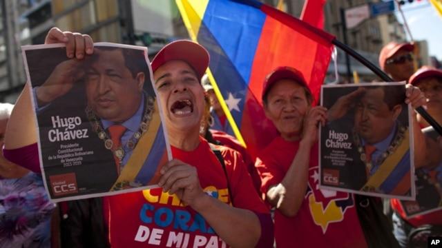 Warga Venezuela pendukung Presiden Hugo Chavez merayakan masa jabatan baru Chavez di jalan-jalan ibukota Caracas (10/1).