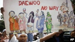 Burmese residents in Malaysia hold banners and shouts slogan while protesting the Shwe Gas Project outside the South Korea embassy in Kuala Lumpur, April. 18, 2006. (file photo)
