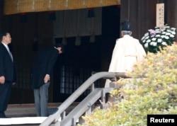日本首相安倍晋三在东京靖国神社鞠躬敬拜。(2013年12月26日)