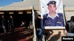 ISIL에 붙잡힌 요르단 조종사 마스 알 카사스베