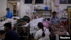印度新德里一所医院的急诊室挤满了新冠患者。 (2021年4月29日)