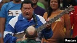 ´Para mostrar que rebosa de juventud Chávez aparentó tocar una guitarra eléctrica en uno de sus recientes mítines.