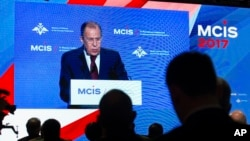 Menlu Rusia Sergey Lavrov saat memberikan sambutan pada Konferensi Keamanan Internasional (MCIS) di Moskow, Rusia, 26 April 2017.