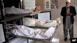Thi hài của các nạn nhân bị các phần tử nổi dậy bắn chết ở Herat, Afghanistan, 27/8/13