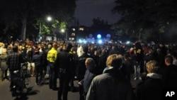 RIbuan orang menghadiri undangan pesta yang disebarkan lewat facebook di Haren, sebuah kota kecil sekitar 185 kilometer dari Amsterdam, Belanda (21/9). Polisi menangkap 34 orang dan membubarkan masa.